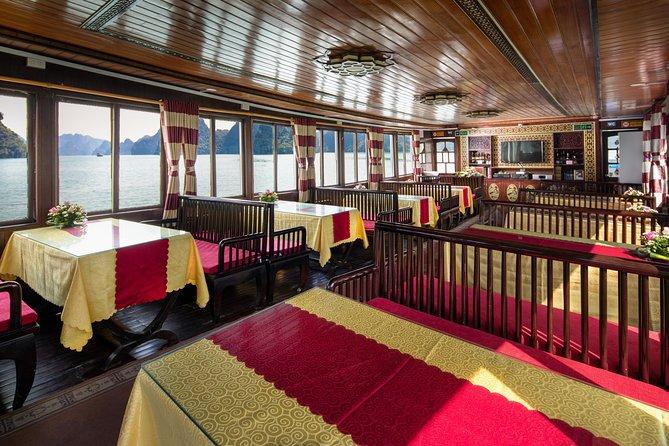 Ăn trư trên tàu thăm Vịnh Hạ Long
