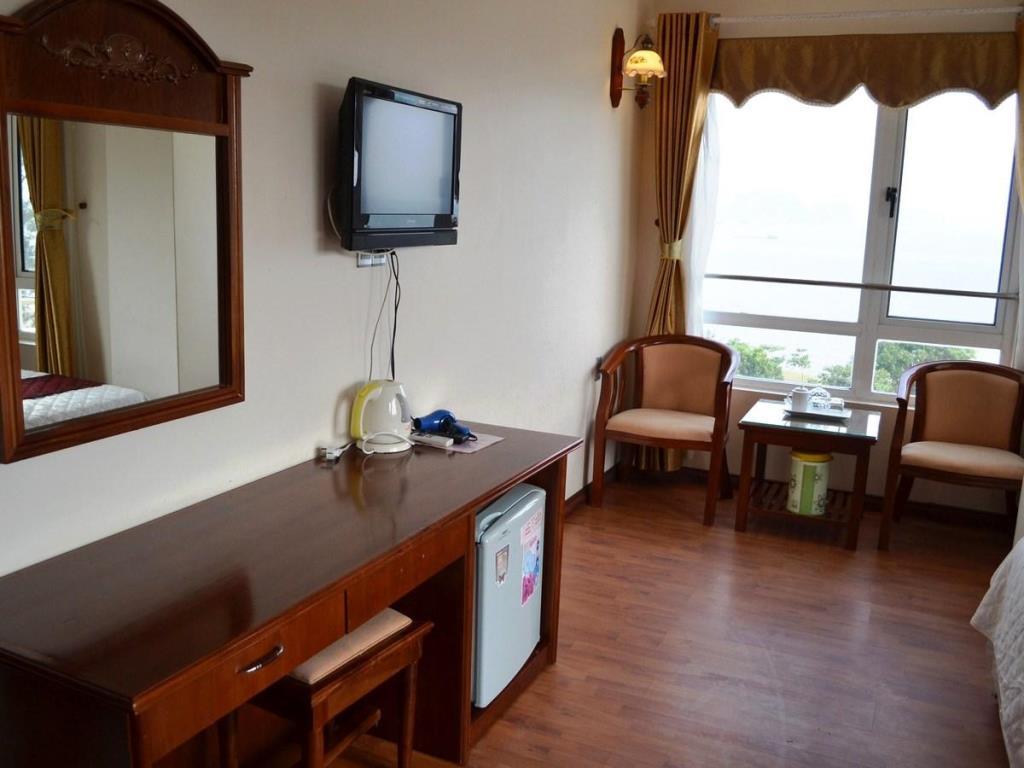 Nội thất phòng khách sạn hướng biển gần công viên Sun World Hạ Long