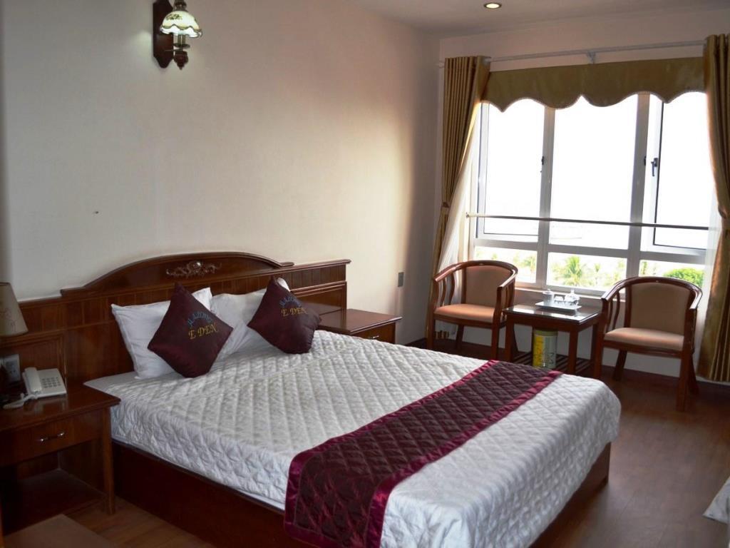 Phòng một giường đôi hướng biển của khách sạn Eden Hạ Long