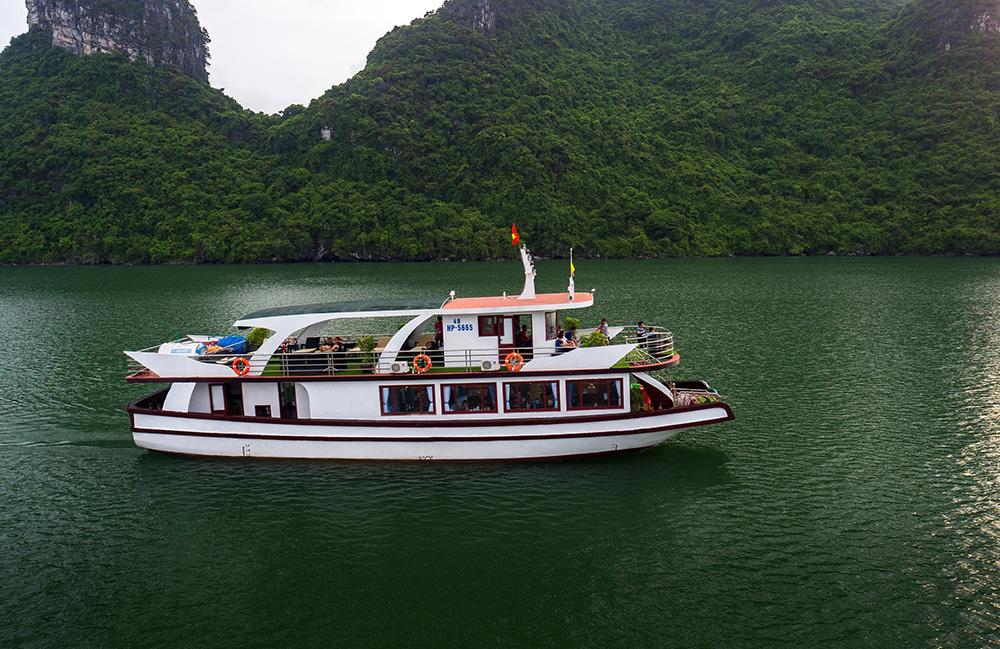 Tàu du lịch thăm vịnh Lan Hạ