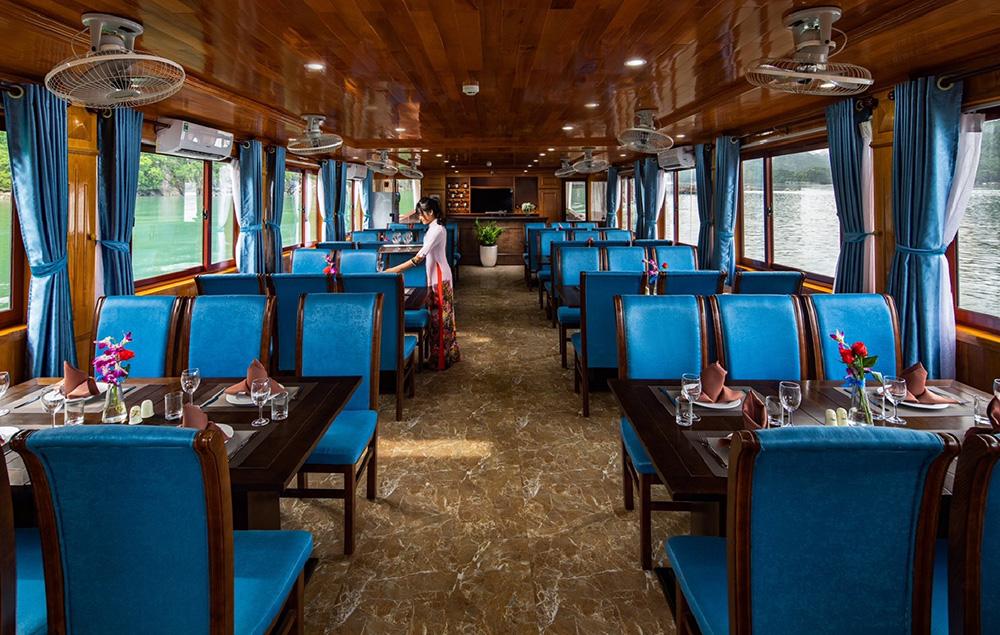Phòng ăn tàu thăm vịnh Lan Hạ