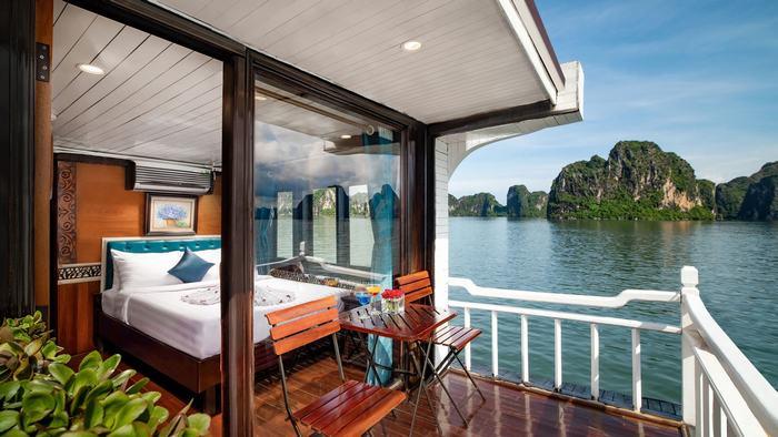 Ngủ đêm trên vịnh với du thuyền Charm Legend Cruise